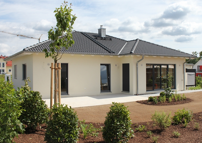 Bungalow Mit Garage Pictures to pin on Pinterest